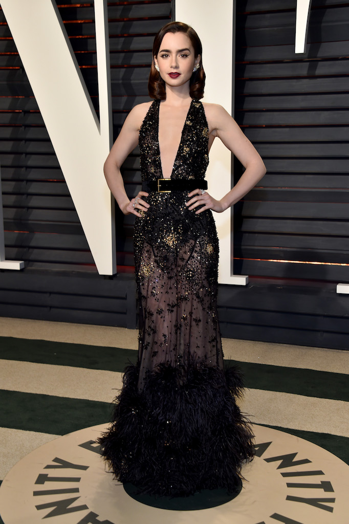 H ηθοποιός Lily Collins με sexy chic τουαλέτα Elie Saab Couture.