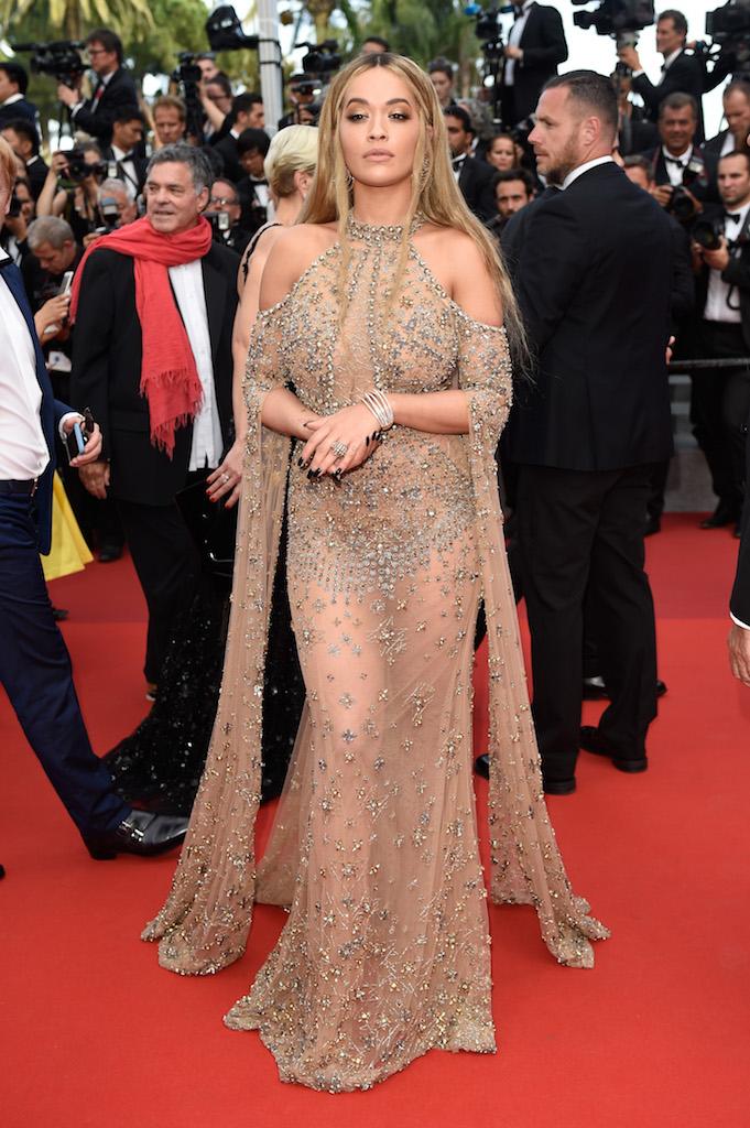 H Rita Ora κλέβει τα βλέμματα στις Κάννες με nude Elie Saab Couture.