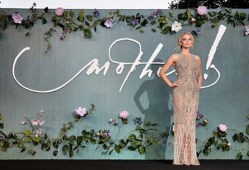 H Jennifer Lawrence με Atelier Versace στην πρεμιέρα του Mother! στο Λονδίνο.