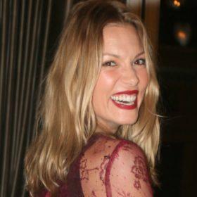 Βίκυ Καγιά: Δείτε τι φόρεσε κατά την έξοδό της από το μαιευτήριο