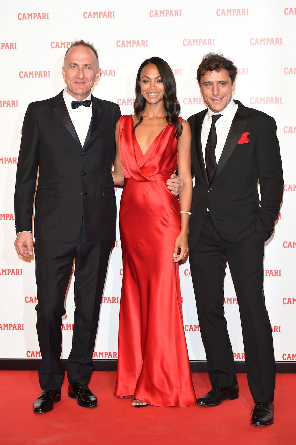 Στο κόκκινο χαλί η Zoe Saldana με το συμπρωταγωνιστή της Adriano Giannini (δεξιά) και το σκηνοθέτη, Stefano Sollima  (Photo by Stefania M. D'Alessandro/Getty Images for Campari)