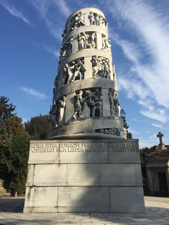 Η αριστουργηματική κυλινδρική σύνθεση αγαλμάτων στο μνημείο του ευεργέτη της πόλης, Antonio Bernocchi
