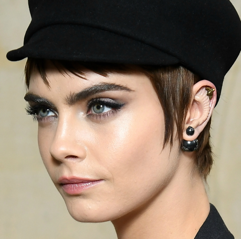 cara delevingne, body modification, φρύδια