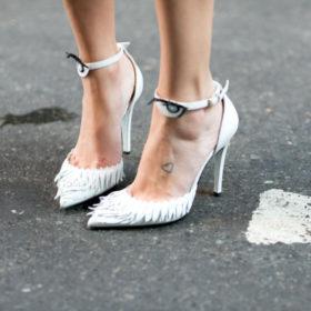 Τα λευκά παπούτσια είναι η τάση που πρέπει να προσθέσετε στη ντουλάπα σας