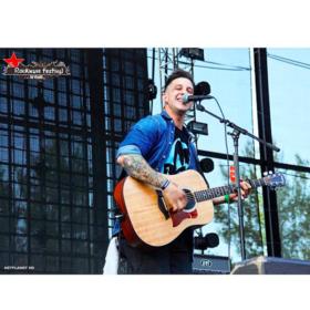 Ηλίας Μπόγδανος: 16 φωτογραφίες που αποδεικνύουν ότι ο τραγουδιστής των Inconsistencies είναι το αγόρι των ονείρων μας