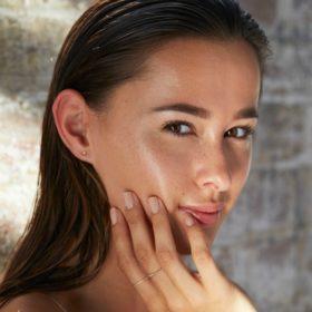 Γυαλίζει συνέχεια το πρόσωπό σας; Έχουμε πέντε genius λύσεις για εσάς
