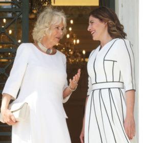 Δείτε τι φόρεσε η Μπέττυ Μπαζιάνα στη συνάντηση με την Camilla