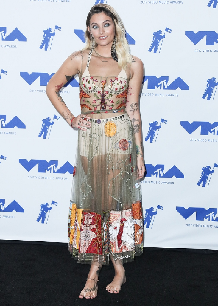 INGLEWOOD, LOS ANGELES, CA, USA - AUGUST 27: Actress Paris Jackson wearing a Christian Dior dress poses barefoot in the press room during the 2017 MTV Video Music Awards held at The Forum on August 27, 2017 in Inglewood, Los Angeles, California, United St,χωρίς παπούτσια στο κόκκινο χαλί
