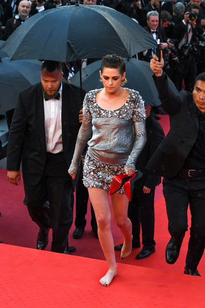 "Kristen Stewart without shoes on ""BLACKKKLANSMAN"" red carpet during Cannes Film Festival Pictured: Kristen STEWART Ref: SPL1697518  140518   Picture by: Starface  / Splash News Splash News and Pictures Los Angeles:, χωρίς παπούτσια στο κόκκινο χαλί"
