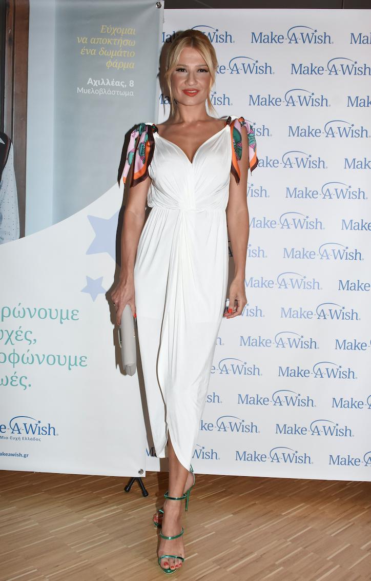 Η Φαίη Σκορδά φόρεσε το midi φόρεμα που ταιριάζει σε κάθε νονά ... daaf04bb2a1