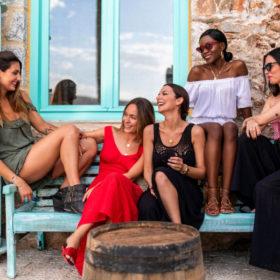 Τα κορίτσια της Calzedonia ταξίδεψαν στη Μάνη και φωτογραφήθηκαν με τα μαγιό τους