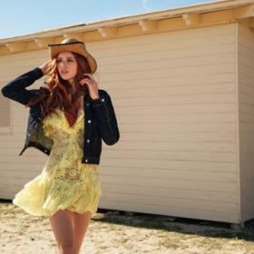 H Έβελυν Καζαντζόγλου αποκαλύπτει τους αγαπημένους της σχεδιαστές μόδας