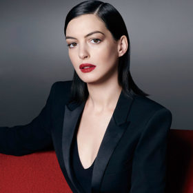Anne Hathaway: Φόρεσε μία από τις πιο hot τάσεις της άνοιξης και δημιούργησε το πιο κομψό street style look