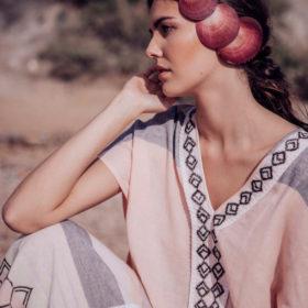 Νισώ: Το νέο resortwear brand έχει τα πιο ωραία καφτάνια που έχουμε δει τελευταία