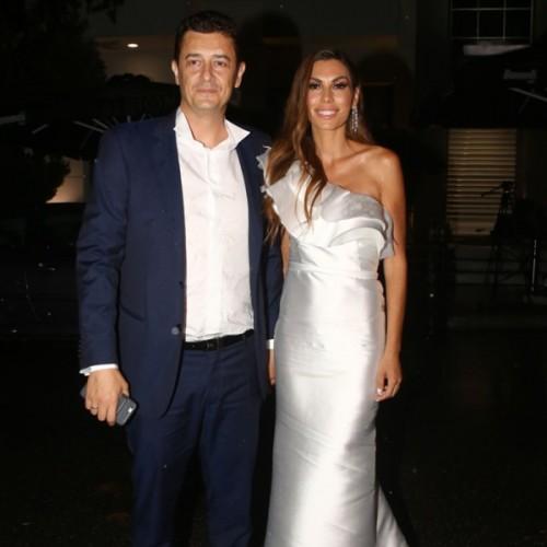 e12d8cb71da Δείτε τι φόρεσαν οι καλεσμένες στον γάμο Αντώνη Σρόιτερ – Ιωάννας Μπούκη
