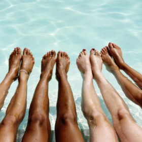 Δεν μαυρίζουν τα πόδια σας το καλοκαίρι; Βρήκαμε το προϊόν που θα σας «σώσει»