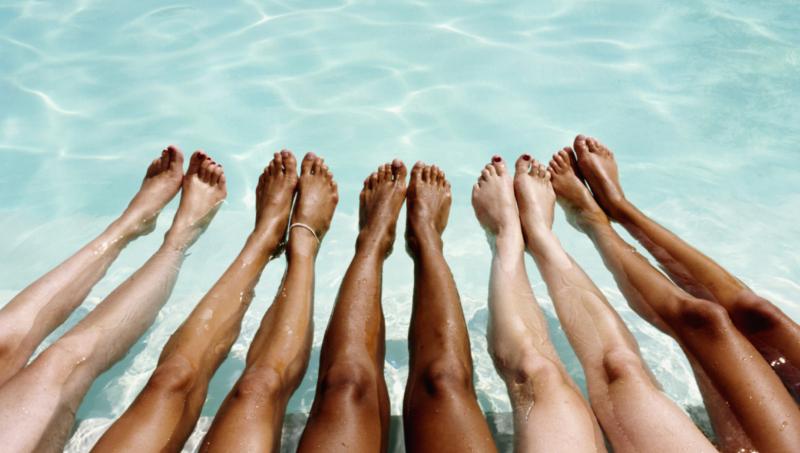 legs tan pool pisina podia mavrisma, Δεν μαυρίζουν τα πόδια σας το καλοκαίρι; Βρήκαμε το προϊόν που θα σας «σώσει»