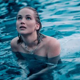 H Jennifer Lawrence πρωταγωνιστεί στην καμπάνια του αρώματος Joy by Dior