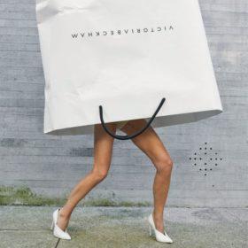 Οι φωτογραφίες για τα δέκα χρόνια του brand της Victoria Beckham είναι ένα δώρο στην ανθρωπότητα