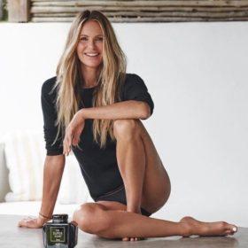 Goddess with Guts: Η 54χρονη Elle Macpherson ποζάρει χωρίς καθόλου μακιγιάζ