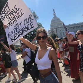 Emily Ratajkowski: Συνελήφθη ενώ διαδήλωνε για τα δικαιώματα της γυναίκας
