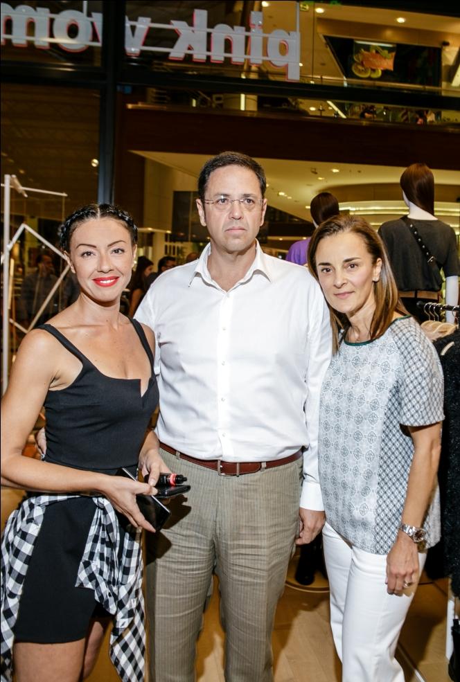 Δέσποινα Κοντιζά Retail Supervisor της Pink Woman μαζί με την κα Νέγρη συνεργάτη της  Pink Woman και τον σύζυγο της