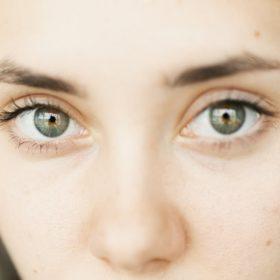 Πώς να εξαφανίσετε τους μαύρους κύκλους χρησιμοποιώντας το κραγιόν σας