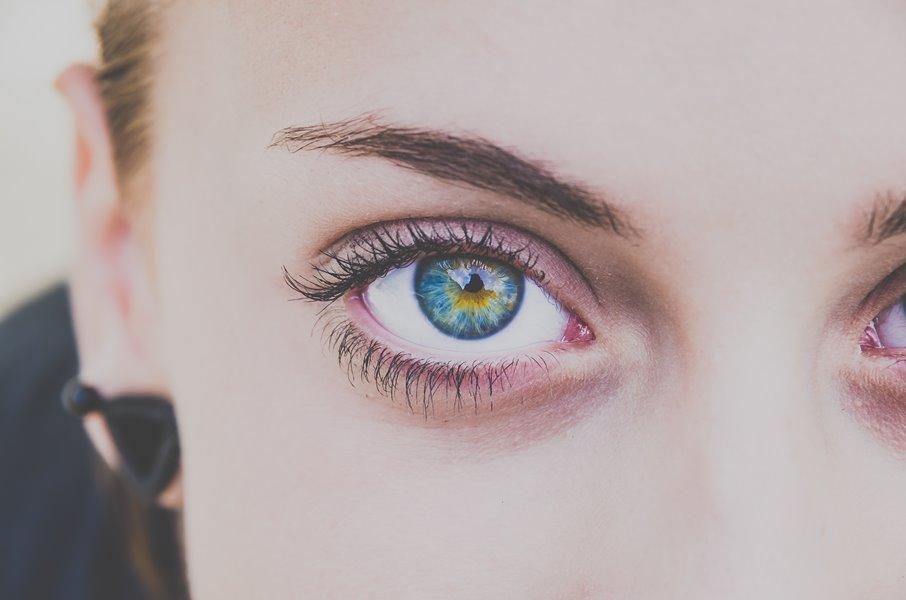 woman eye mascara μάσκαρα χωρίς κόμπους