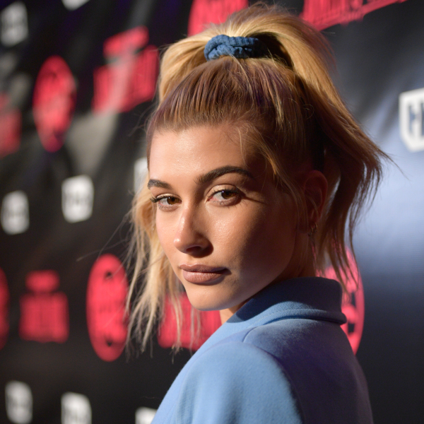 Getty Images, Πέντε celebrities σας δείχνουν πώς να φορέσετε scrunchies από το πρωί μέχρι το βράδυ