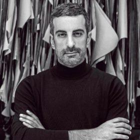 Στέλιος Κουδουνάρης: Ο ταλαντούχος σχεδιαστής μας αποκαλύπτει ποια γυναίκα τον εμπνέει με το στιλ της