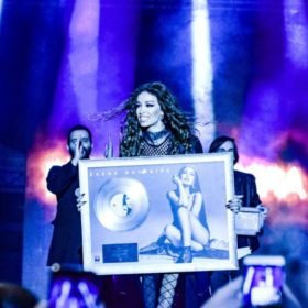 Πλατινένια «Βασίλισσα» η Ελένη Φουρέιρα: Απονομή δίσκου σε μία μεγάλη συναυλία