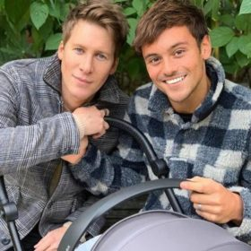 Tom Daley και Dustin Lance Black: Οι ερωτευμένοι μοιράστηκαν μία υπέροχη φωτογραφία του γιου τους με αφορμή τα Χριστούγεννα